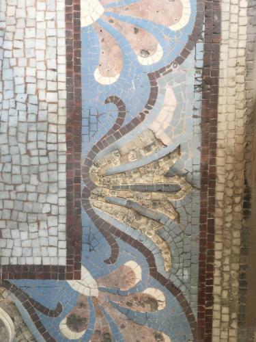 Détail de mosaïque à Paris 18e abimée avant rénovation