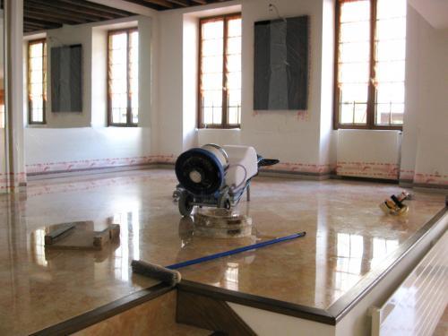 Le sol en marbre est traité à l'aide de machines spécifiques afin de poncer dans la masse pour faire disparaitre tous les défauts du marbre. Rénovation de marbre à Paris