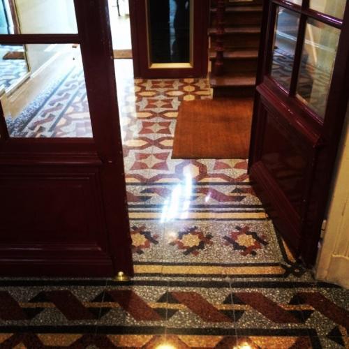 Rénovation complète d'un sol en dalles de Terrazzo type Vénitien près de Paris. Les dalles abimées ont pu être restaurées et l'ensemble rénové par ponçage et cristallisation.