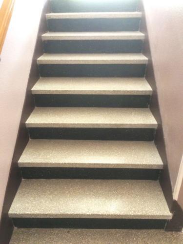 Décrassage suivi d'une cristallisation pour cet escalier en granito à Croissy (78)