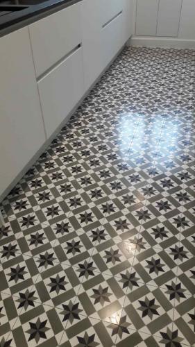 Après décapage au savon doux et léger repolissage, traitement à la cire de ces carreaux ciment de chez Mosaic del Sur