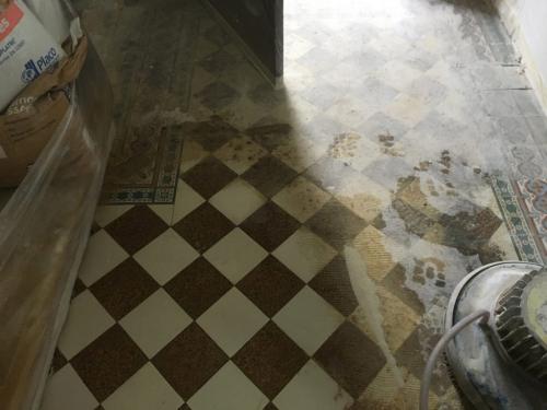 Sol ancien en carreaux ciment et grès cérame granité en cours de décapage. Chantier en Ile-de-France, Val de Marne.