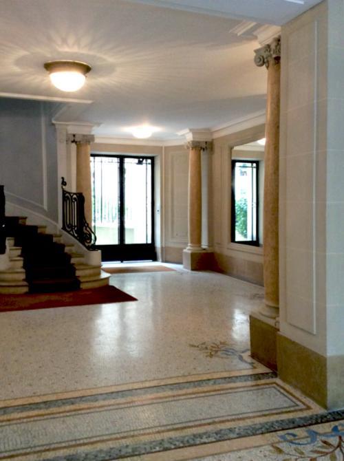 Mosaïque en marbre, pierre et grès cérame rénovée à Paris, Ile-de-France, par repolissage et cristallisation, et remplacement de desselles manquantes.