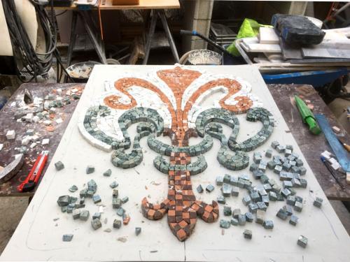 Mosaïque de marbre en cours de création