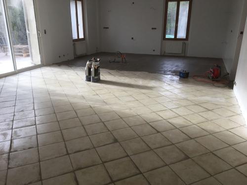 La préparation des sols est primordiale avant le couler le Granito. Ragréage en cours dans cette pièce à vivre (Ile-de-France)