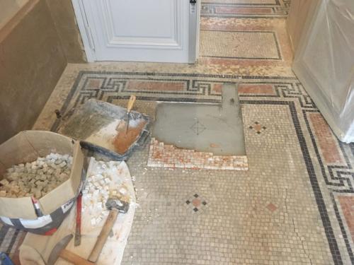 Détail mosaïque de marbre en cours de rénovation à Paris 5e